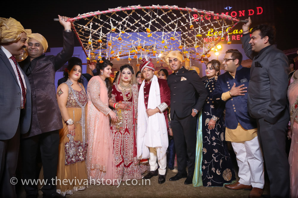 Grand family Shot Of The Couple by Mohit Wedding-photography | Weddings Photos & Ideas