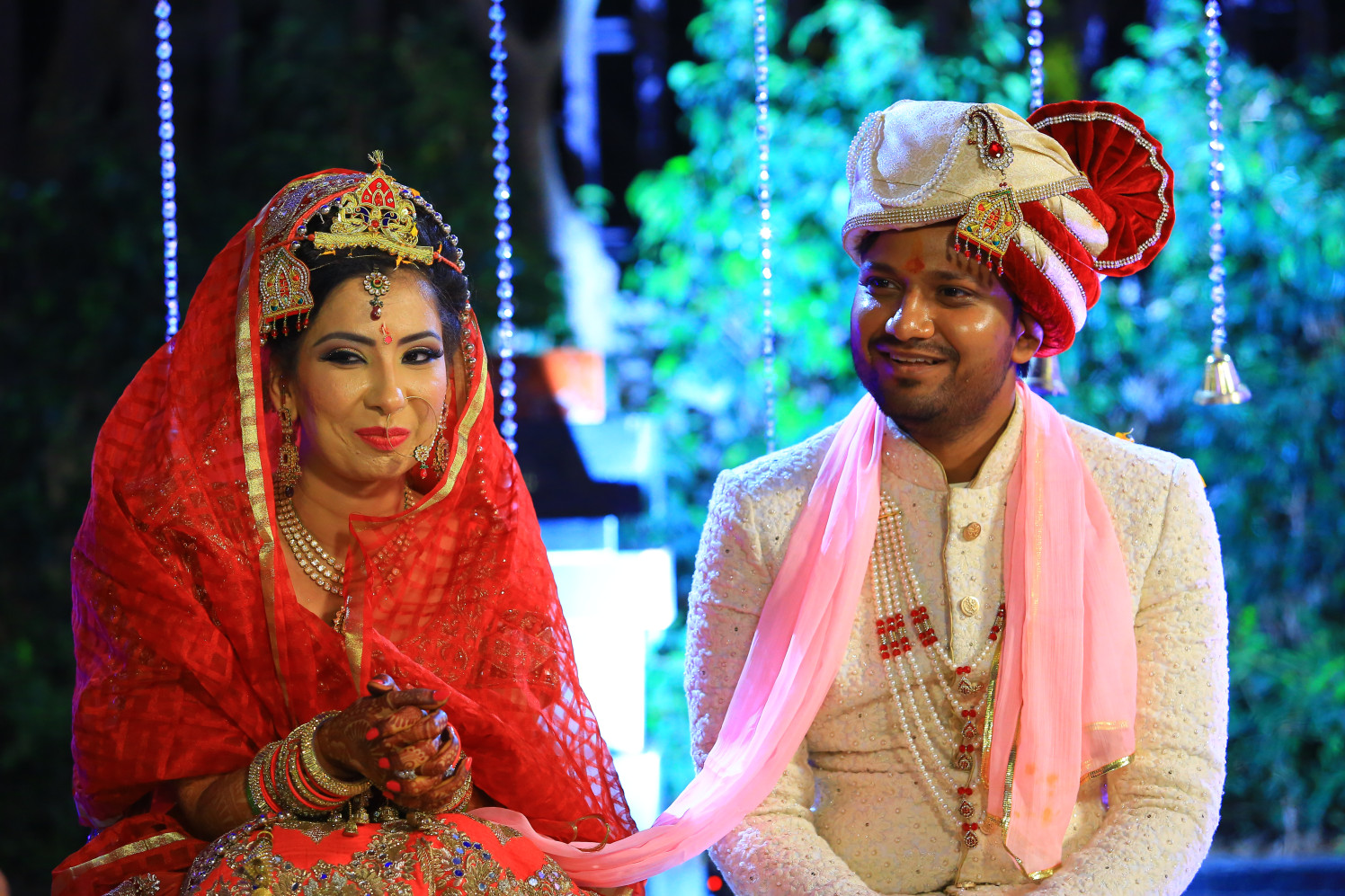 Bride and Groom Painting an Elegant Picture in Traditional Attires by Amit Kumar Wedding-photography | Weddings Photos & Ideas
