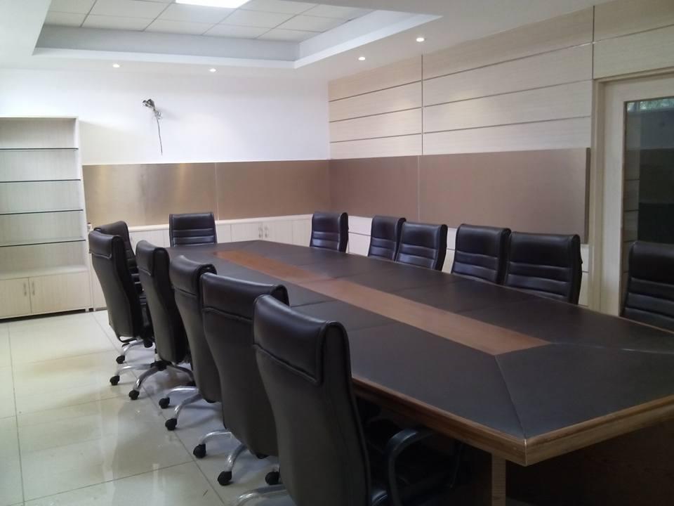 Regular office by Interiors21