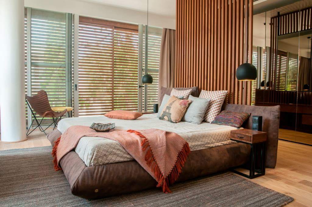 bedroom with blinds by Fehmida Memon  Modern | Interior Design Photos & Ideas