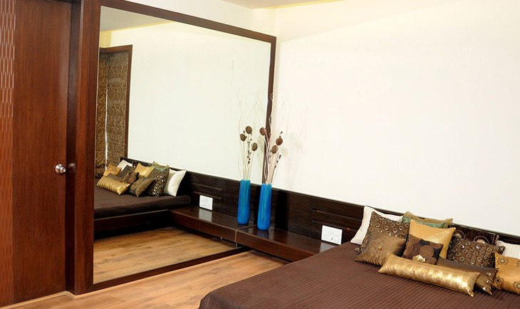 Low Rise Bed And Mirrored Wardrobe by Deepti Srivastava Bedroom Contemporary | Interior Design Photos & Ideas
