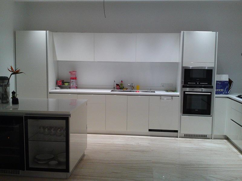 White Themed Modular Kitchen by Deepti Srivastava Modular-kitchen Contemporary | Interior Design Photos & Ideas