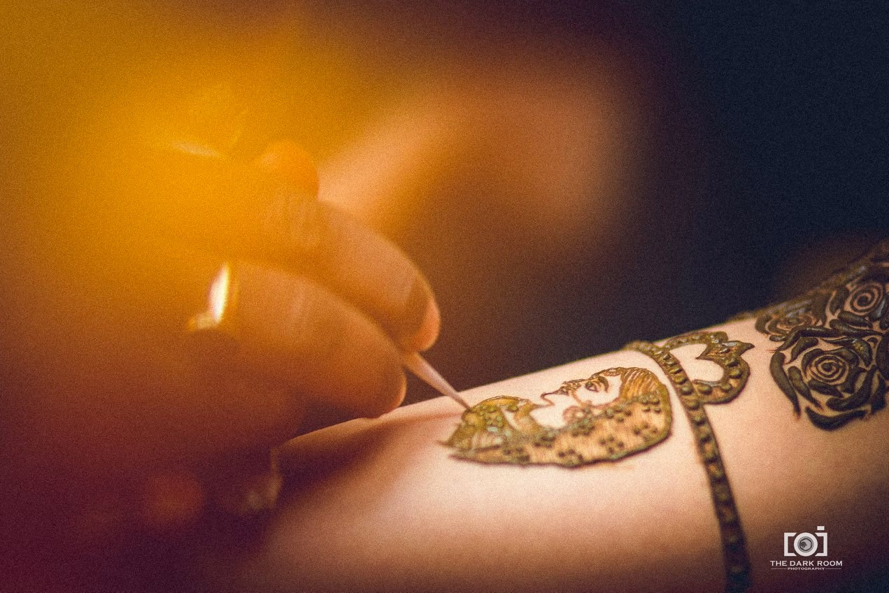 Designing henna by The Dark Room Photography Wedding-photography | Weddings Photos & Ideas
