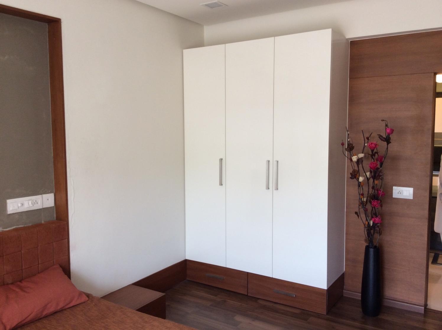 Bedroom with wooden flooring and white almirah by Vatsal Hadvani Bedroom Contemporary | Interior Design Photos & Ideas