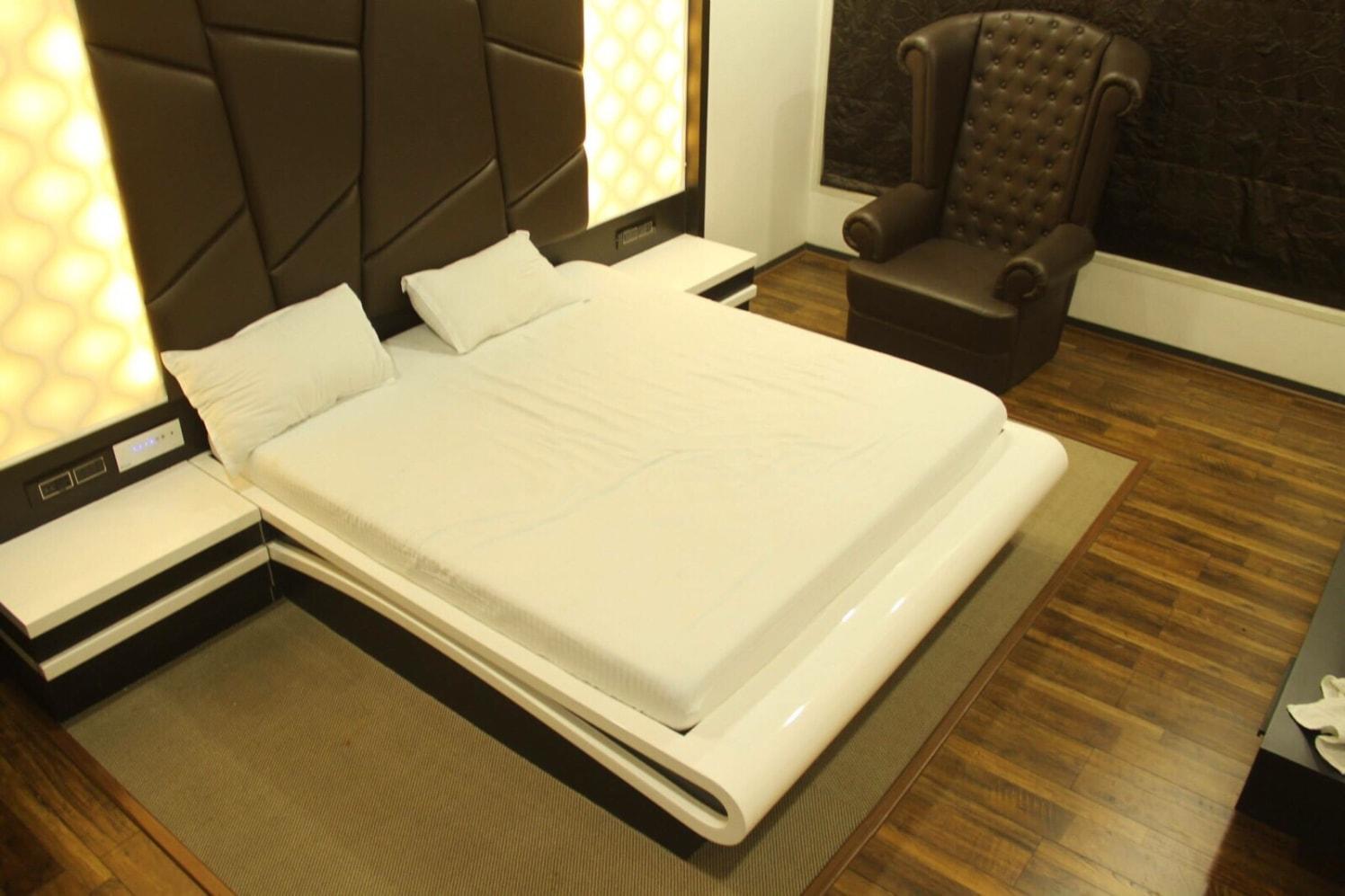 King Size bed by Mahesh Shivaji Bhoskar Modern | Interior Design Photos & Ideas