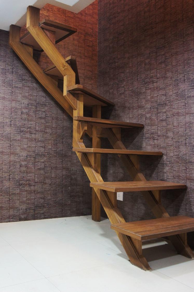 Hardwood staircase against textured brown wall by Janaki Kumar Raut Indoor-spaces Modern | Interior Design Photos & Ideas
