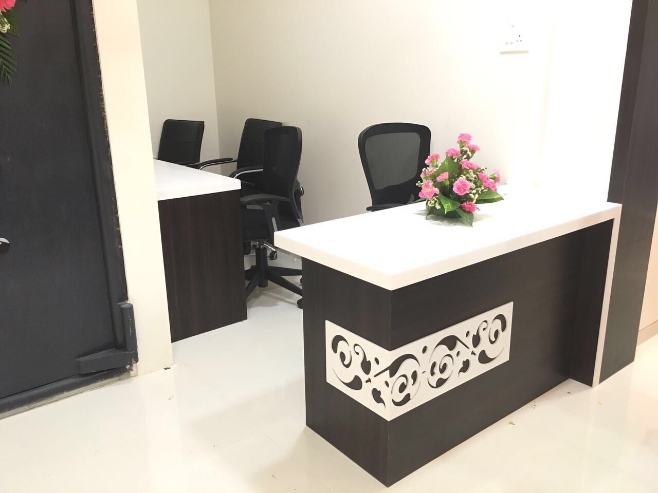 Office Reception with white desk by kavita.dhotre Modern | Interior Design Photos & Ideas