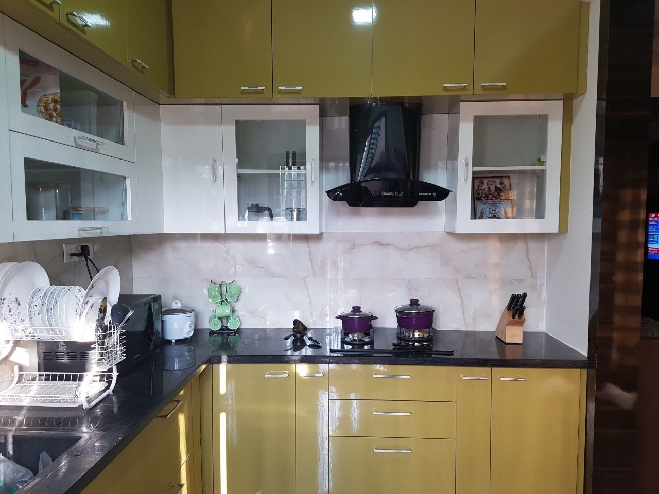 Compact L shaped kitchen with Bistre brown base and wall ...