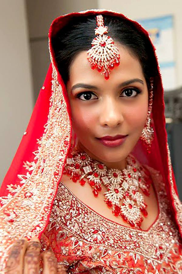 Bride Wearing Heavy Red And White Mang Tikka by Anchal Kumar Bridal-makeup Bridal-jewellery-and-accessories | Weddings Photos & Ideas