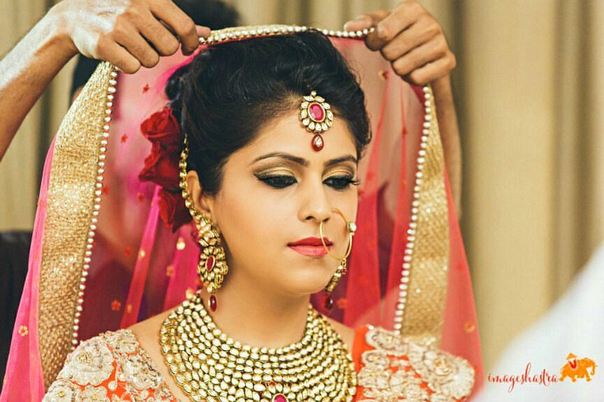 Bride Wearing Heavy Jewellery And Bold Makeup by Anchal Kumar Bridal-makeup Bridal-jewellery-and-accessories | Weddings Photos & Ideas