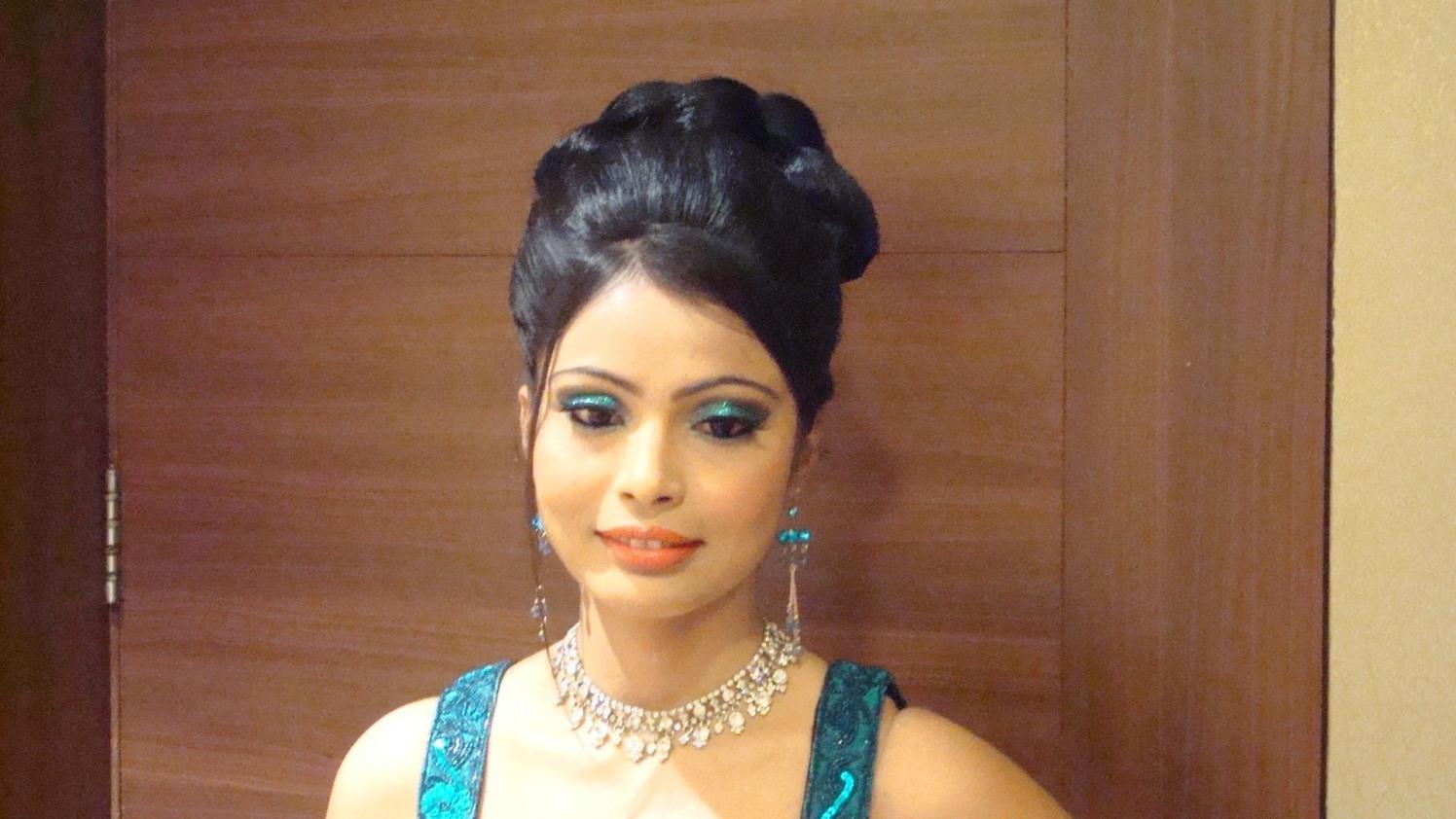 Classy hairdo by Richa Malik Wedding-photography   Weddings Photos & Ideas