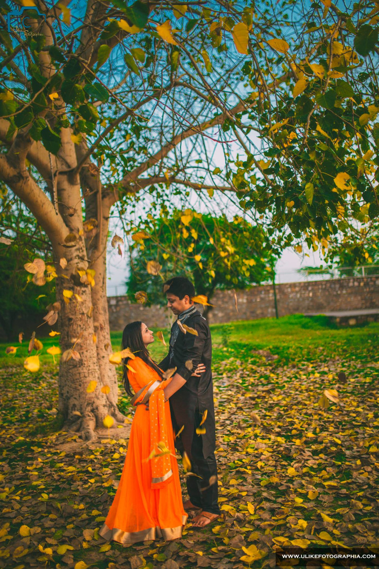 Falling leaves upon the couple by ULike Fotographia Wedding-photography | Weddings Photos & Ideas
