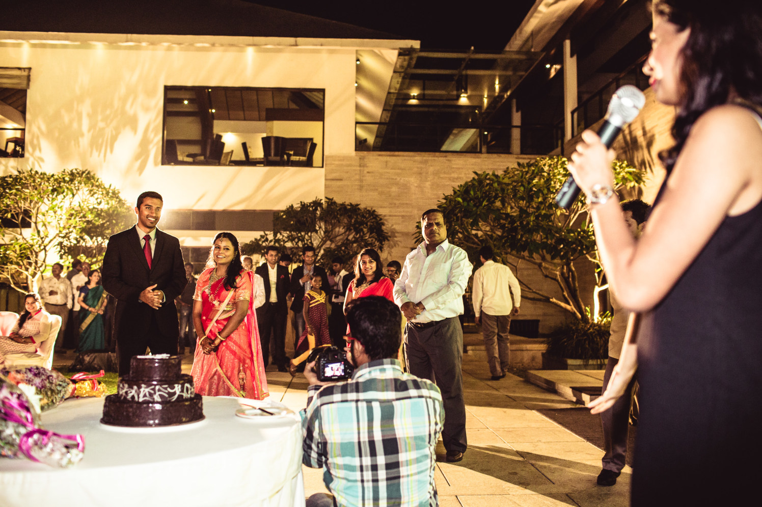 The wedding cake and the couple! by Manas Saran Photography Wedding-photography | Weddings Photos & Ideas