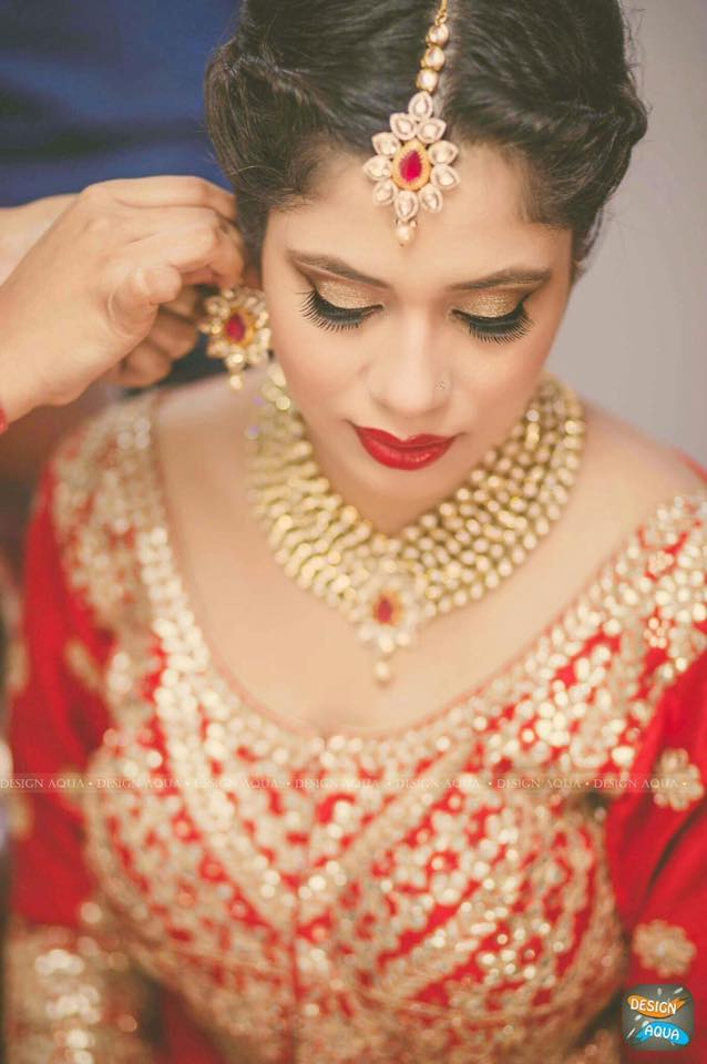 Shimmering Gold Eye Makeup Complementing the Polki Mang Teeka by Priyanka Kamboj Wedding-photography Bridal-jewellery-and-accessories Bridal-makeup | Weddings Photos & Ideas