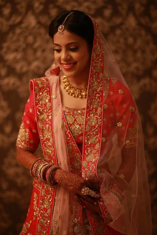 We love how her make-up compliments her outfit! by Parul Khattar Bridal-makeup | Weddings Photos & Ideas