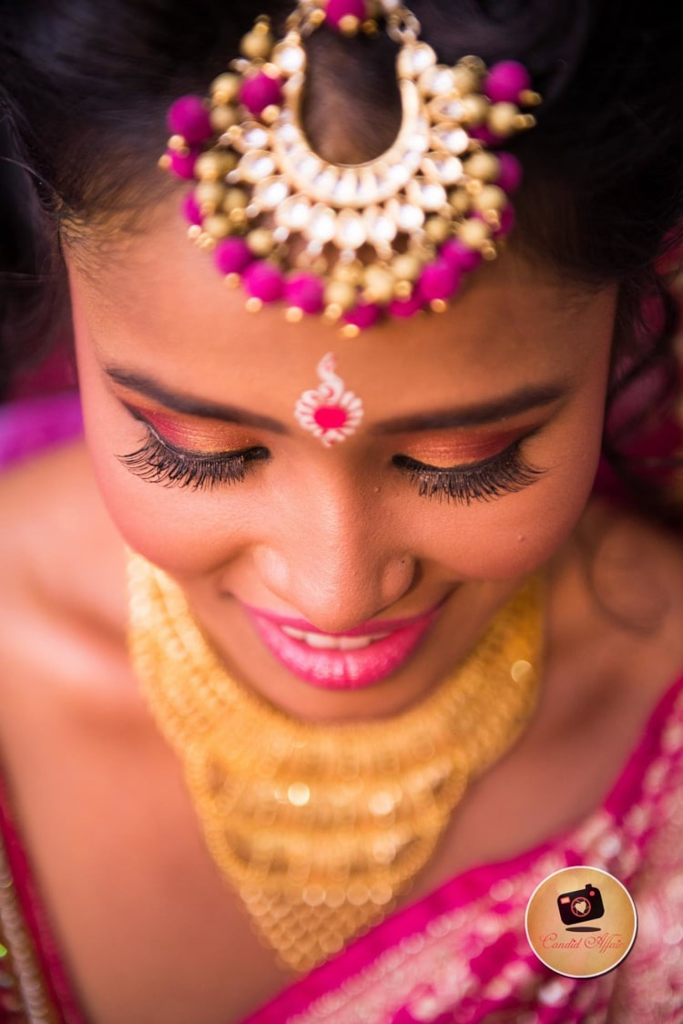 Magenta Maang Tikka And Peach Eye Makeup by Candid Affair Wedding-photography Bridal-jewellery-and-accessories Bridal-makeup | Weddings Photos & Ideas