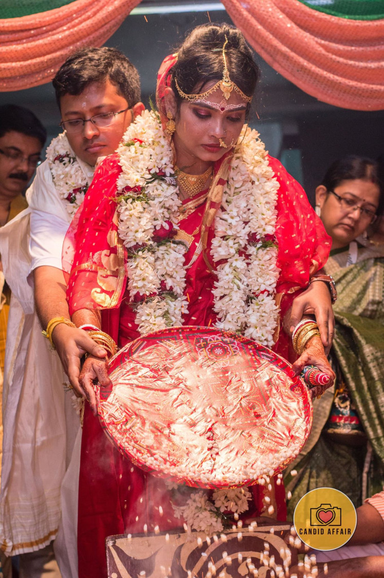 Bengali Bride And Groom Doing Wedding Traditions by Candid Affair Wedding-photography | Weddings Photos & Ideas