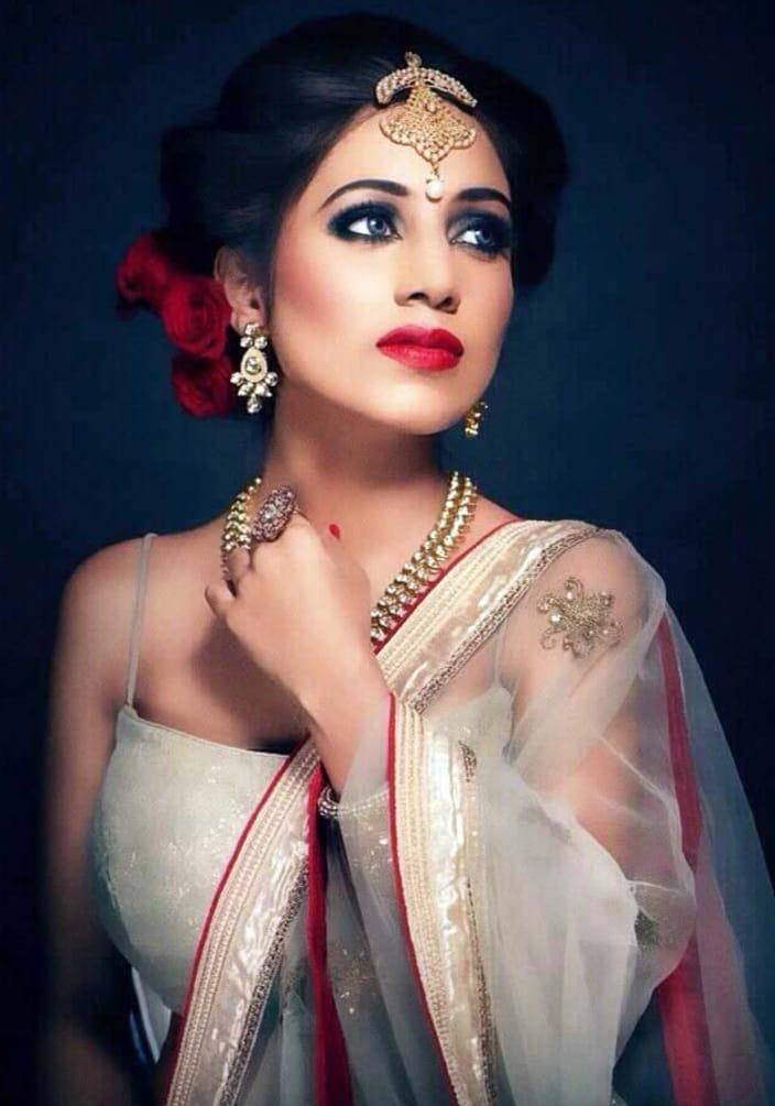 Ravishing engagement glance