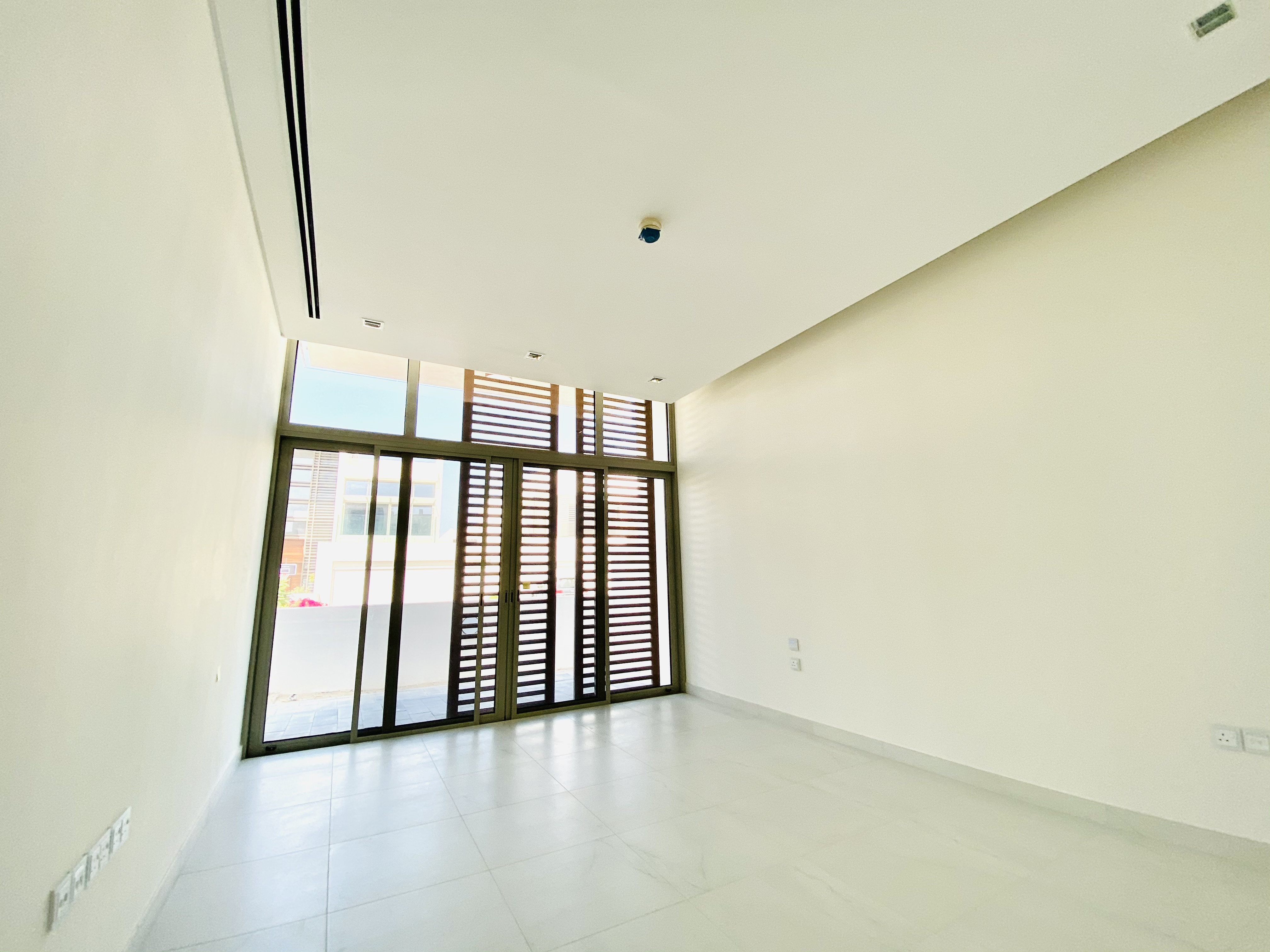 5 BR Contemporary Large plot, Vacant on Transfer