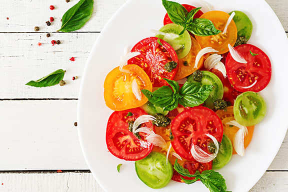 Tomato-salad-with-basil-and-onions