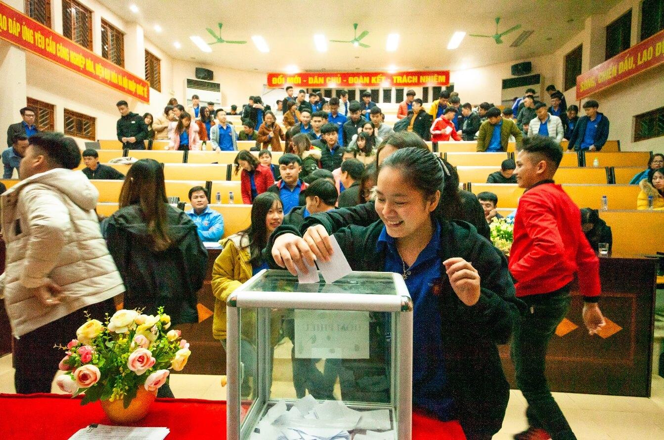 Đại biểu tham dự đại hội tiến hành bỏ phiếu