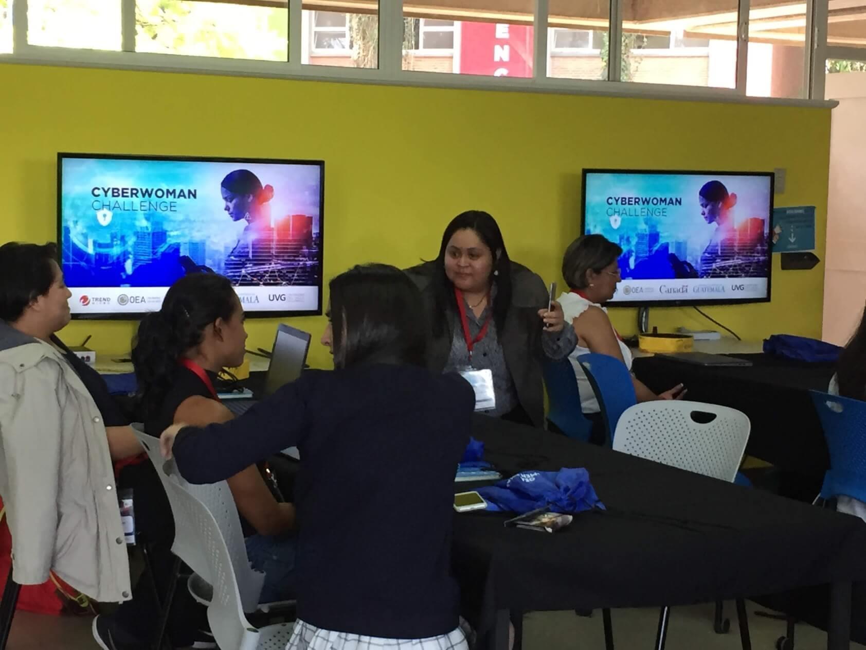 Mujeres participan en workshop cibernético