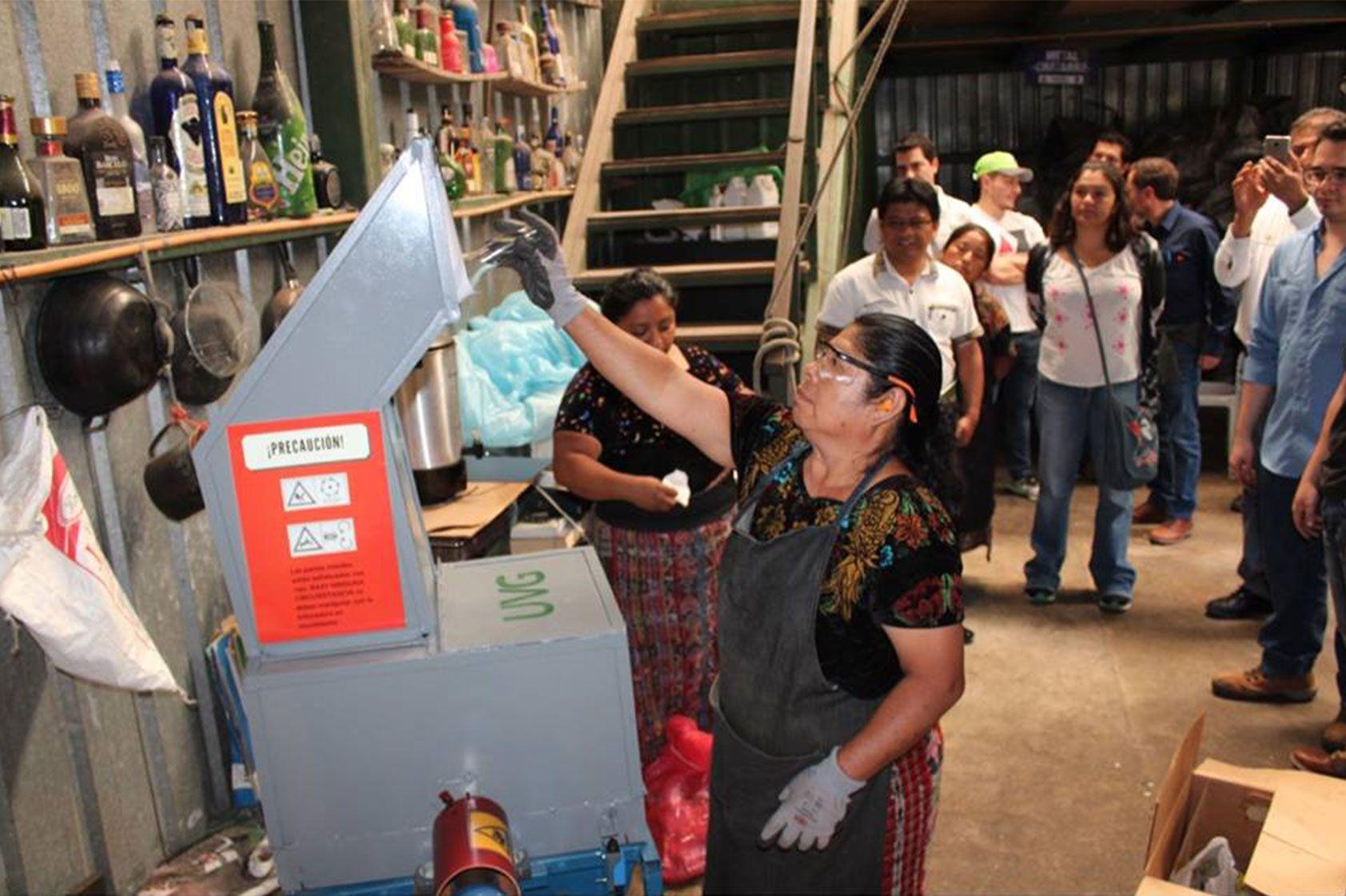 Ingeniería Mecánica construyó una trituradora de vidrio para la Municipalidad de Panajachel