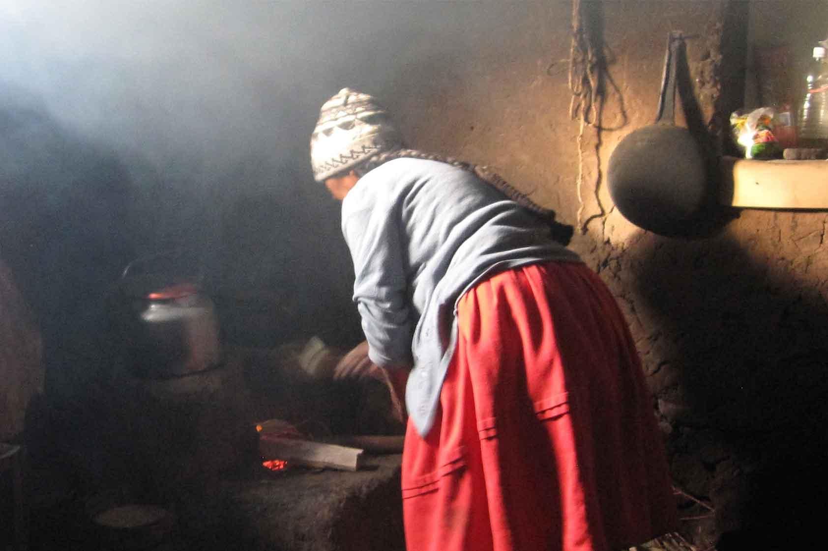 El humo dentro de casa: un asesino silencioso en hogares que cocinan con leña