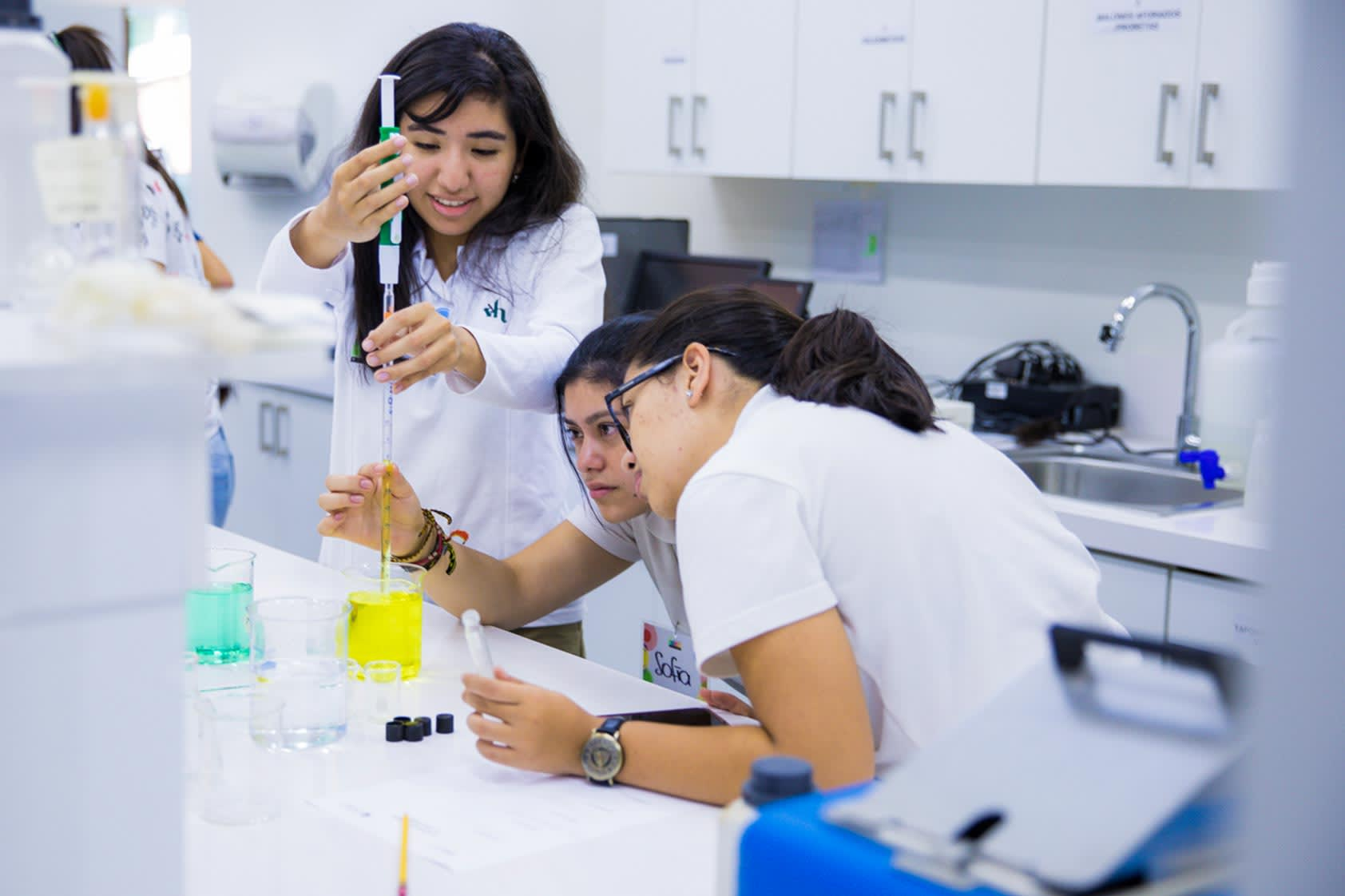Girls STEAM Club se sumerge en la ingeniería de alimentos