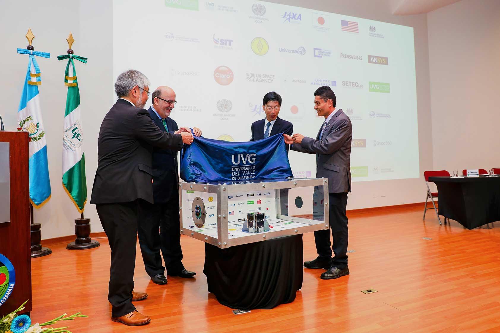 Develación del satélite por autoridades de UVG, Embajada de Jaón y JAXA