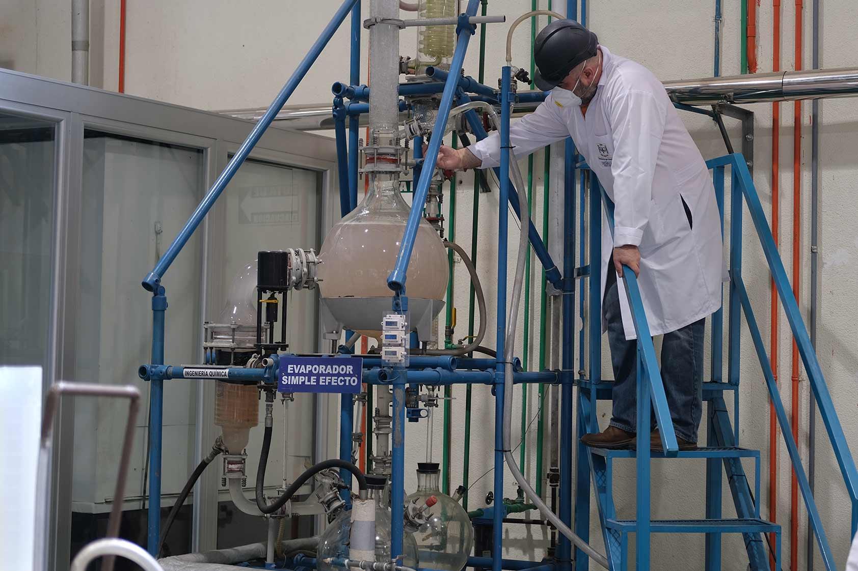 En UVG producimos alcohol en gel, un proceso tecnológico industrial con responsabilidad