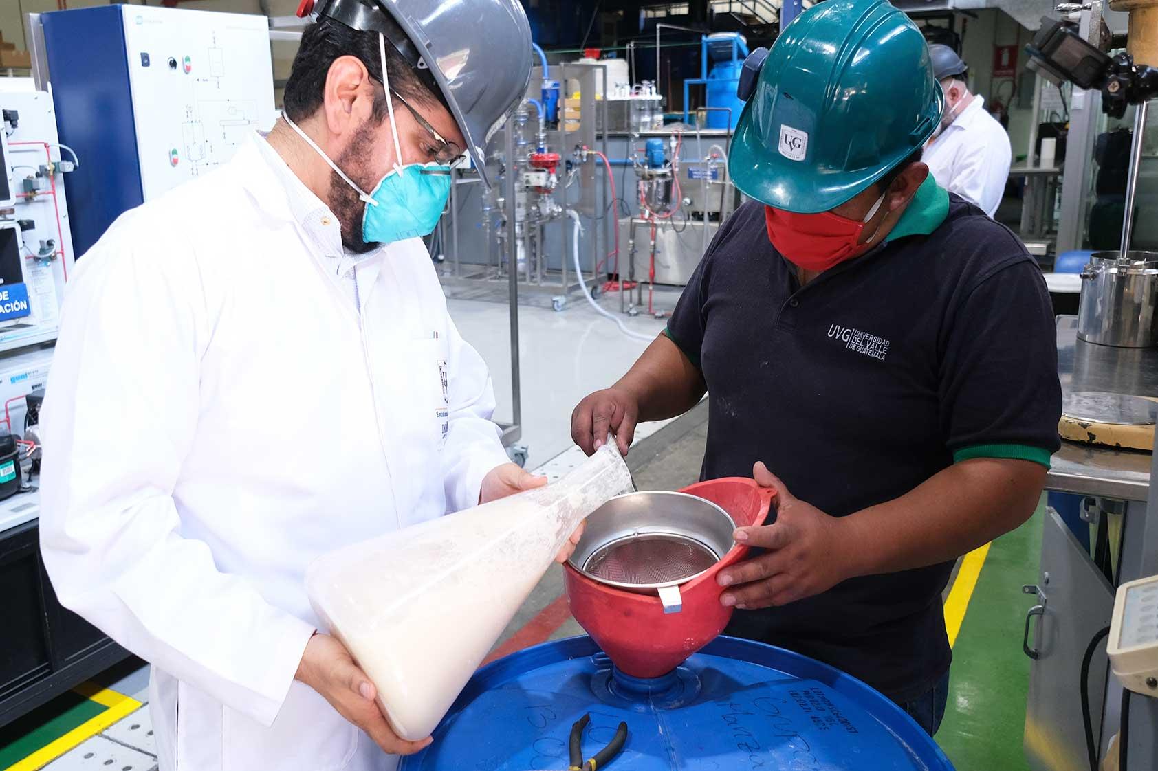 UVG continúa impactando a través de la producción de alcohol en gel