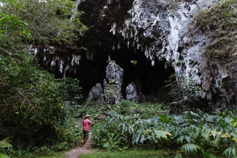 Entrée de la grotte Ana A'eo ou grotte Mitterrand à Rurutu, aux Australes