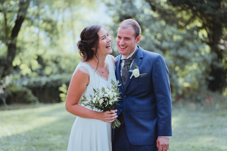 Eclats de rire de jeunes mariés pendant leur séance couple