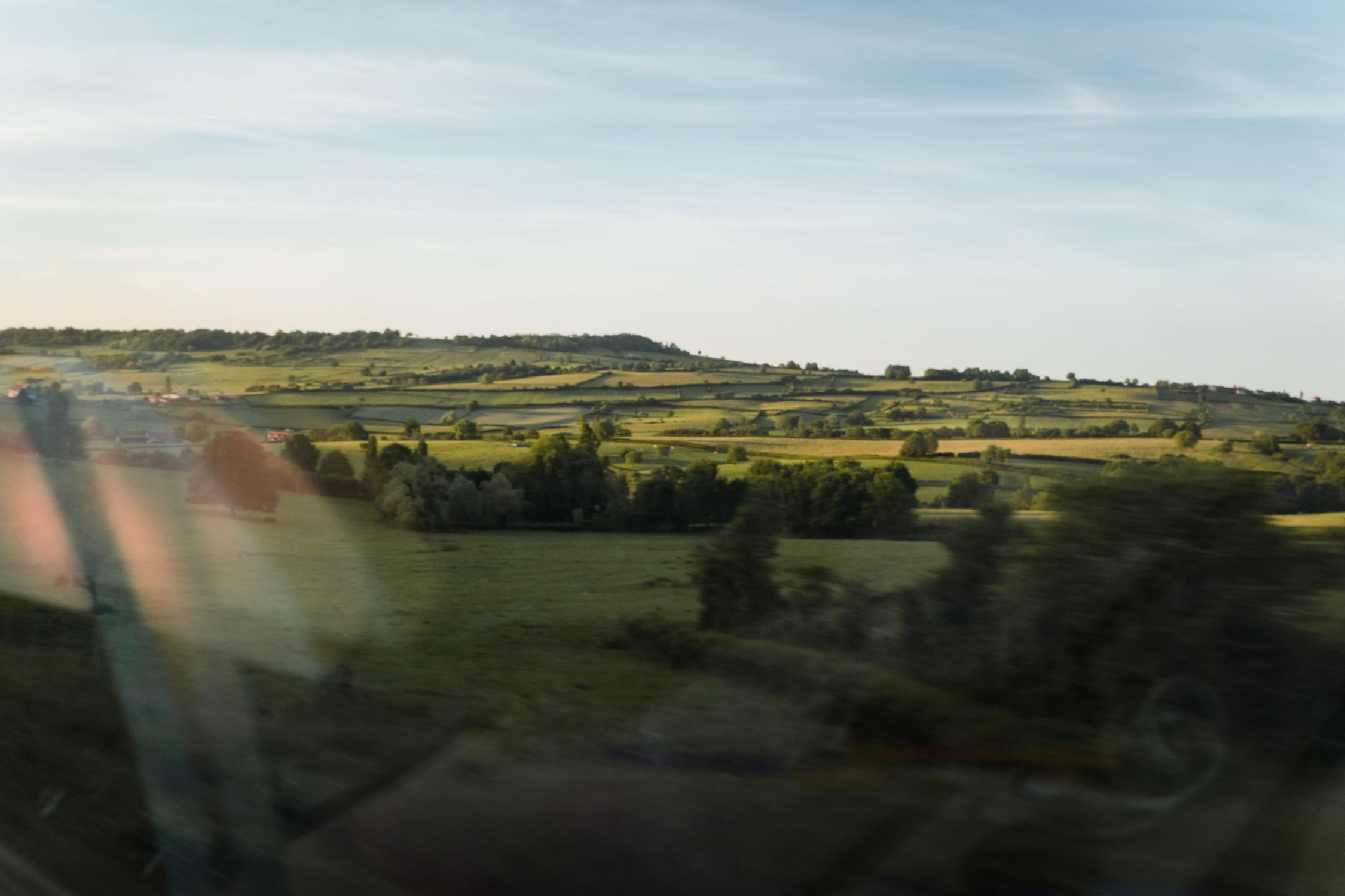 Paysage de fin de journée vue d'un TGV