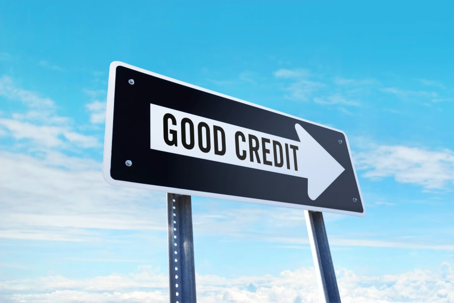 A sign points the way to a good credit score
