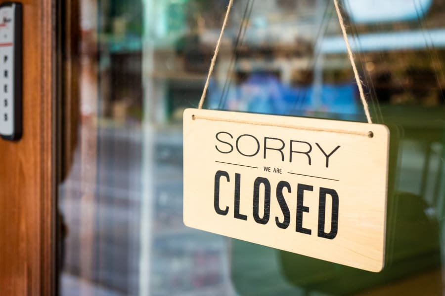 A restaurant closed sign