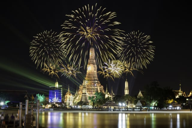 This image shows a picture of NYE celebrations in Wat Arun, Thailand