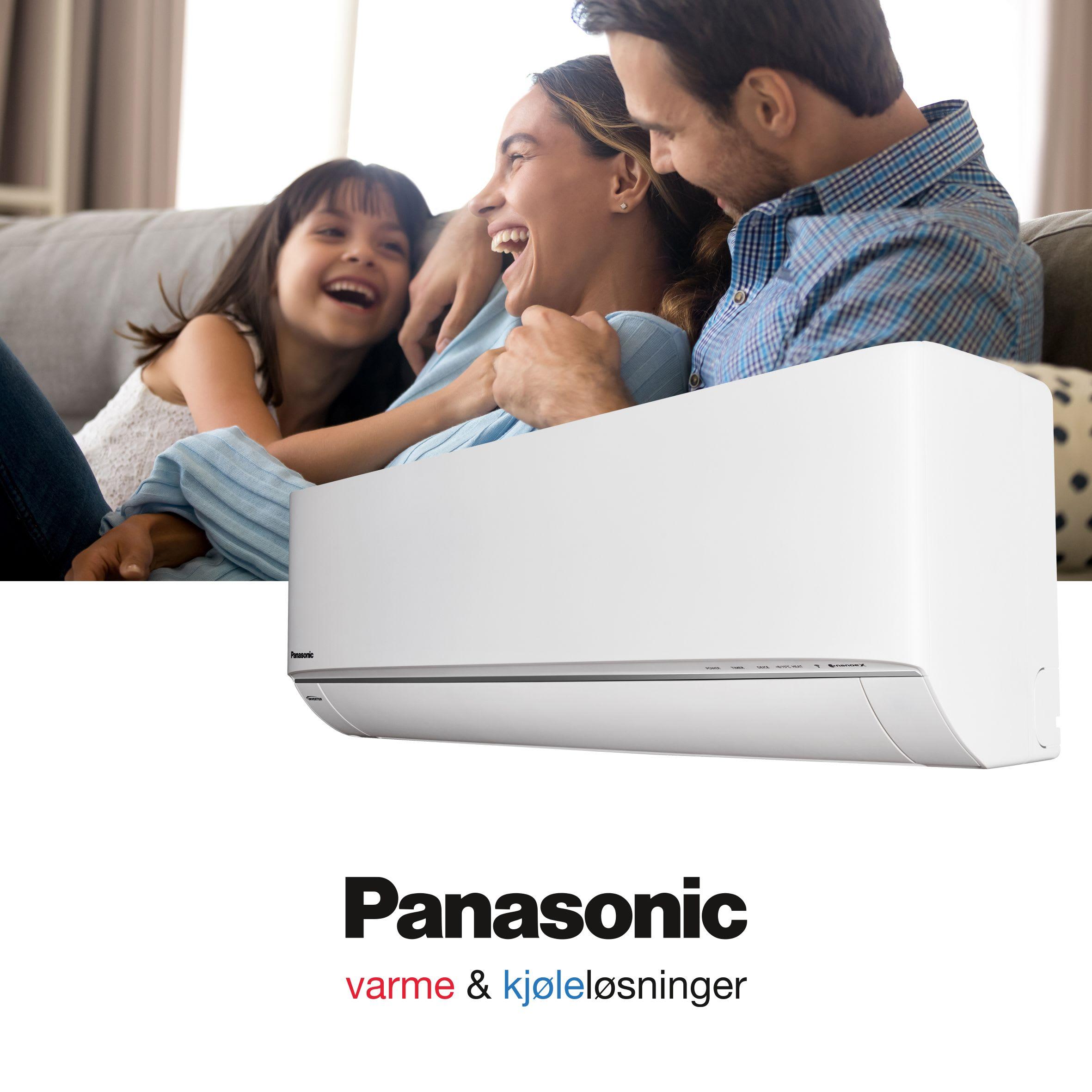 En familie med mor, far og datter ler i en stue med Panasonic varmepumpe.