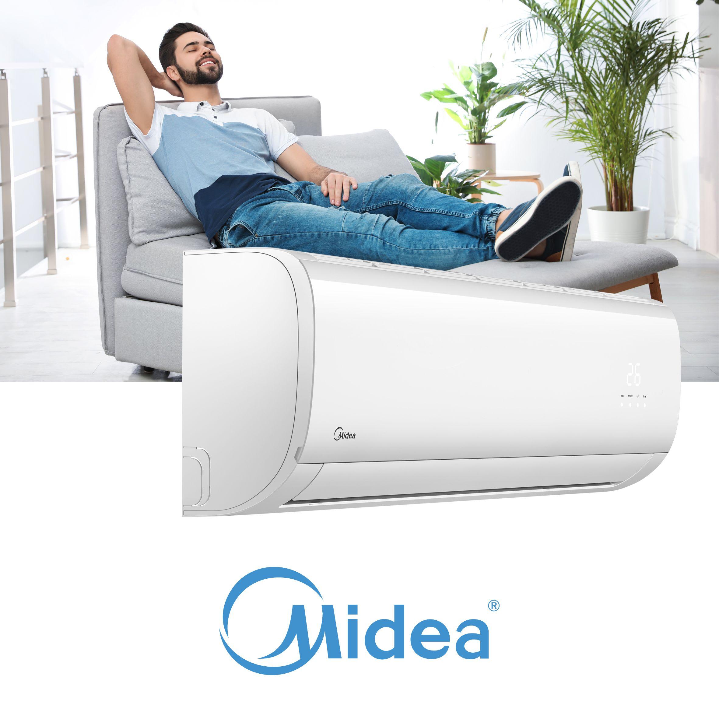 En ung mann slapper av i en sjelesong i en stue med Midea varmepumpe.
