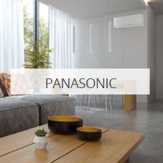 Stue med grå sofa, og hvit varmepumpe fra Panasonic montert på veggen.
