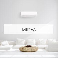 Hvit stue med hvit varmepumpe fra Midea installert på veggen.