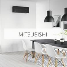 Moderne spisestue med en svart varmepumpe fra Mitsubishi installert på veggen.