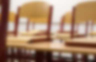 stoelen op tafel