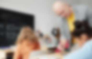 Man geeft les aan kinderen in de klas