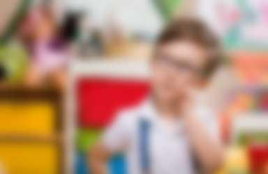 Jongetje denkt na in een kleurrijke ruimte