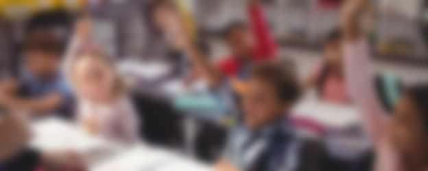 Kinderen in de klas steken vinger op