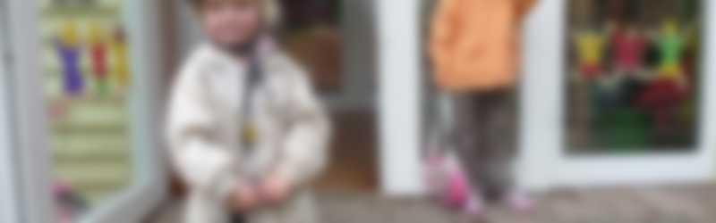 Kinderen met helm op schoolplein