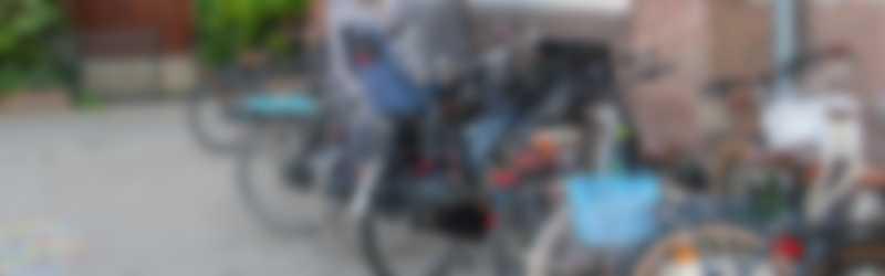 fietsen voor schoolgebouw