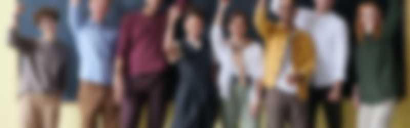 Leraren op een rij die hun hand opsteken